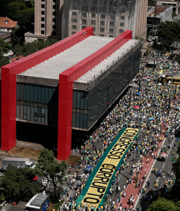 Demonstrators protest along Paulista Avenue in São Paulo, Brazil, on December 4, 2016, against corruption and in support of the Lava Jato anticorruption operation.